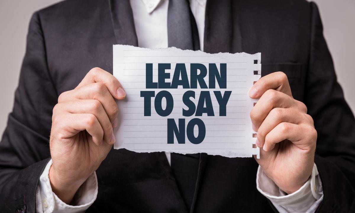 Казвате не на молбата, а не на човека. Ако той иска от вас нещо, което няма как да направите, казвате, че това, което иска от вас не е по силите ви.