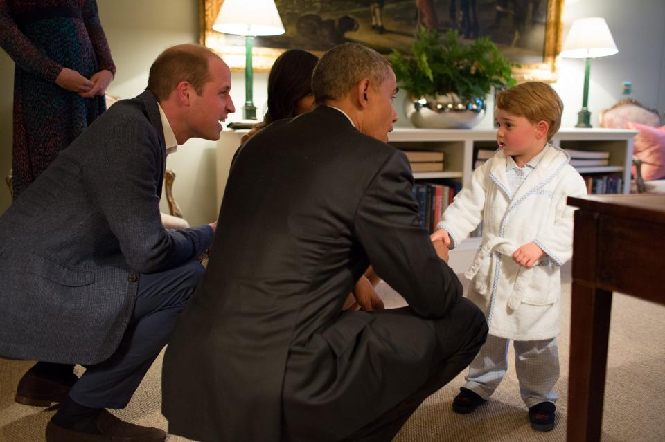 Как е обзаведен апартаментът им, можем да разберем от снимките със семейство Обама. Тогава американската президентска двойка беше поканена на гости в самия дом на Кейт и Уилям, а принц Джордж ги посрещна по халат.