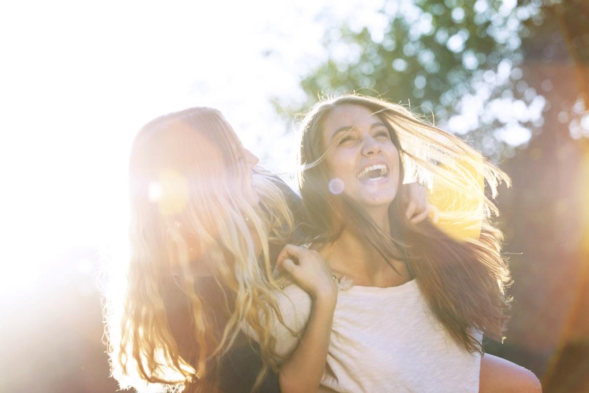 2. Маето е чисто женски празник, весел и жизнерадостен,свързан с гадаенето и предсказването на бъдещето.