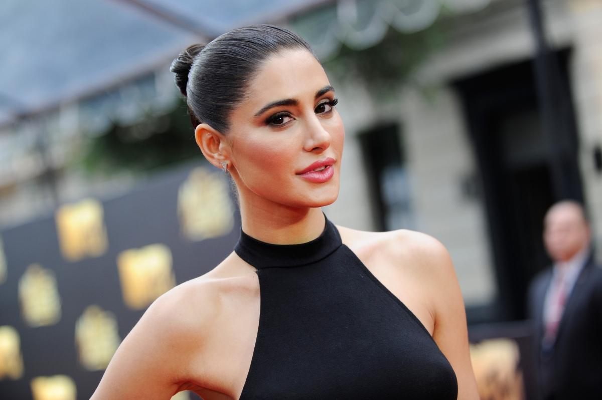 """Нагрис Факри е сред най-актуалните имена в шоубизнеса. Тя е родена в Щатите, но баща й е пакистанец, а майка й - чехкиня. Самата тя участва в шоито """"Следващият топ модел на Америка"""", след което прави пробив в индийското кино и дори получава награда от Международната индийска филмова акадения."""