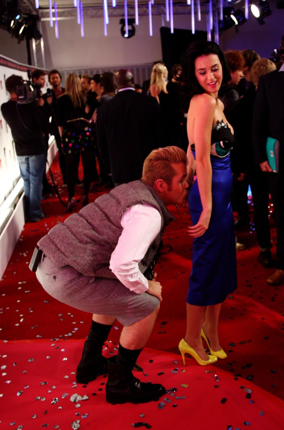 Кейти Пери получи целувка по дупето на червения килим на наградите на MTV през 2008 г.
