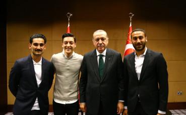 Йозил: Щеше да е липса на уважение да не се снимам с Ердоган