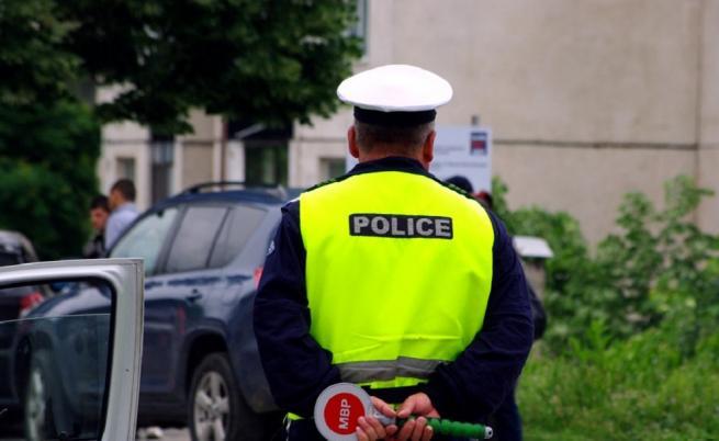 Задържаха полицаи, заподозрени в незаконна търговия с автомобили