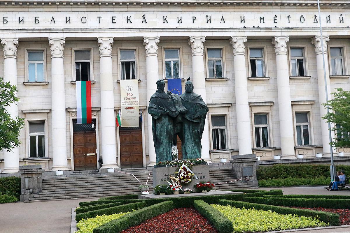 Фасадата на сградата е дело на скулптора Михайло Парашчук от Украйна. Той е участвал още в проектирането на елементи от сградите на Народната банка, Съдебната палата, Военната академия. Статуите са сътворени от Владимир Гиновски.<br />