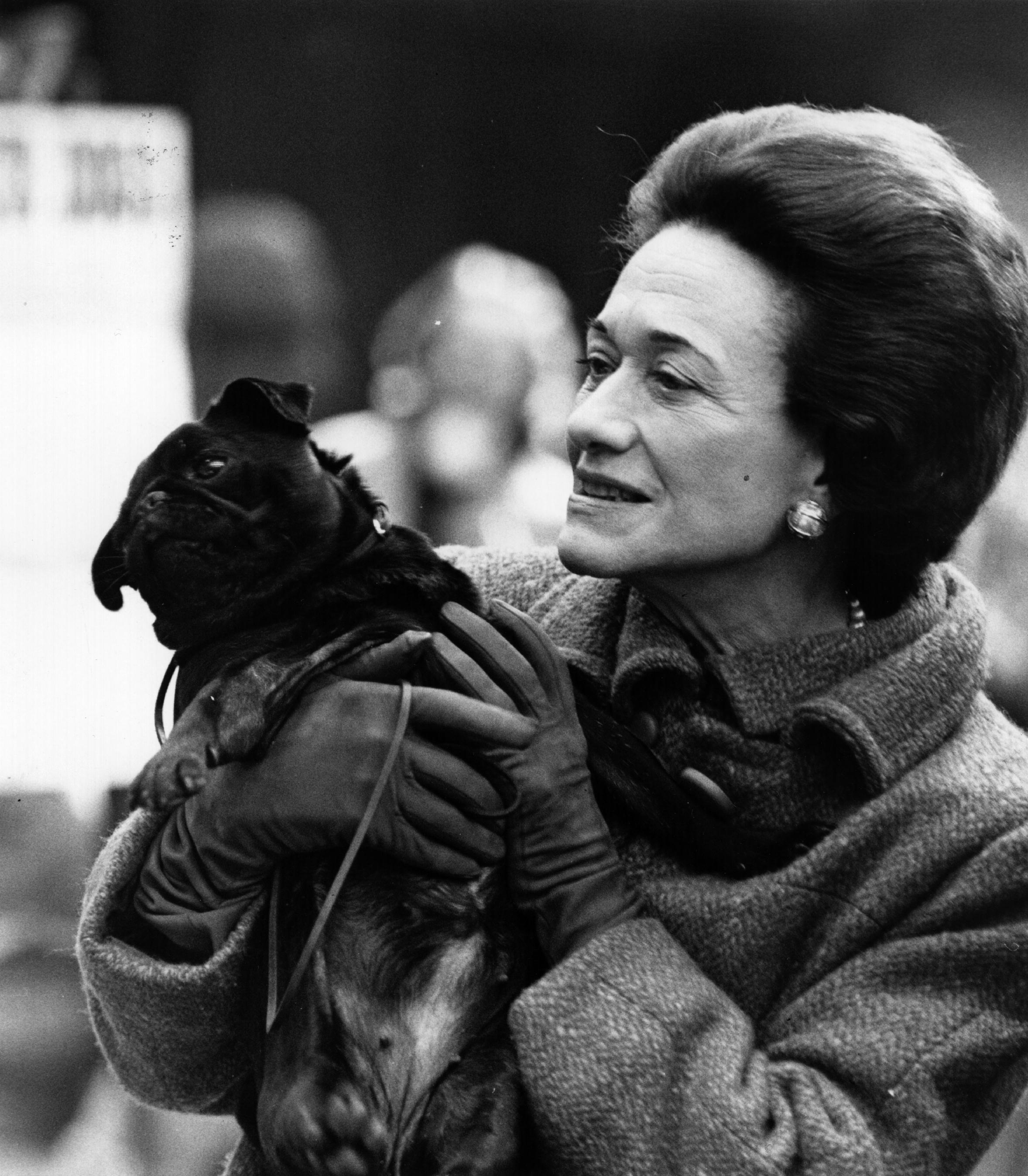 """В края на годината Уолис решава да замине за Франция. Едуард, който решава да абдикира.Така на10 декември 1936 той се обръща към нацията по радиото.""""Невъзможно е да нося тежкия товар на отговорността и да изпълнявам кралските си задължения така, както бих искал, без помощта и подкрепата на жената, която обичам"""". Живеят във Франция. Едуард умира през 1972 г., а Уолис през 1989 г."""