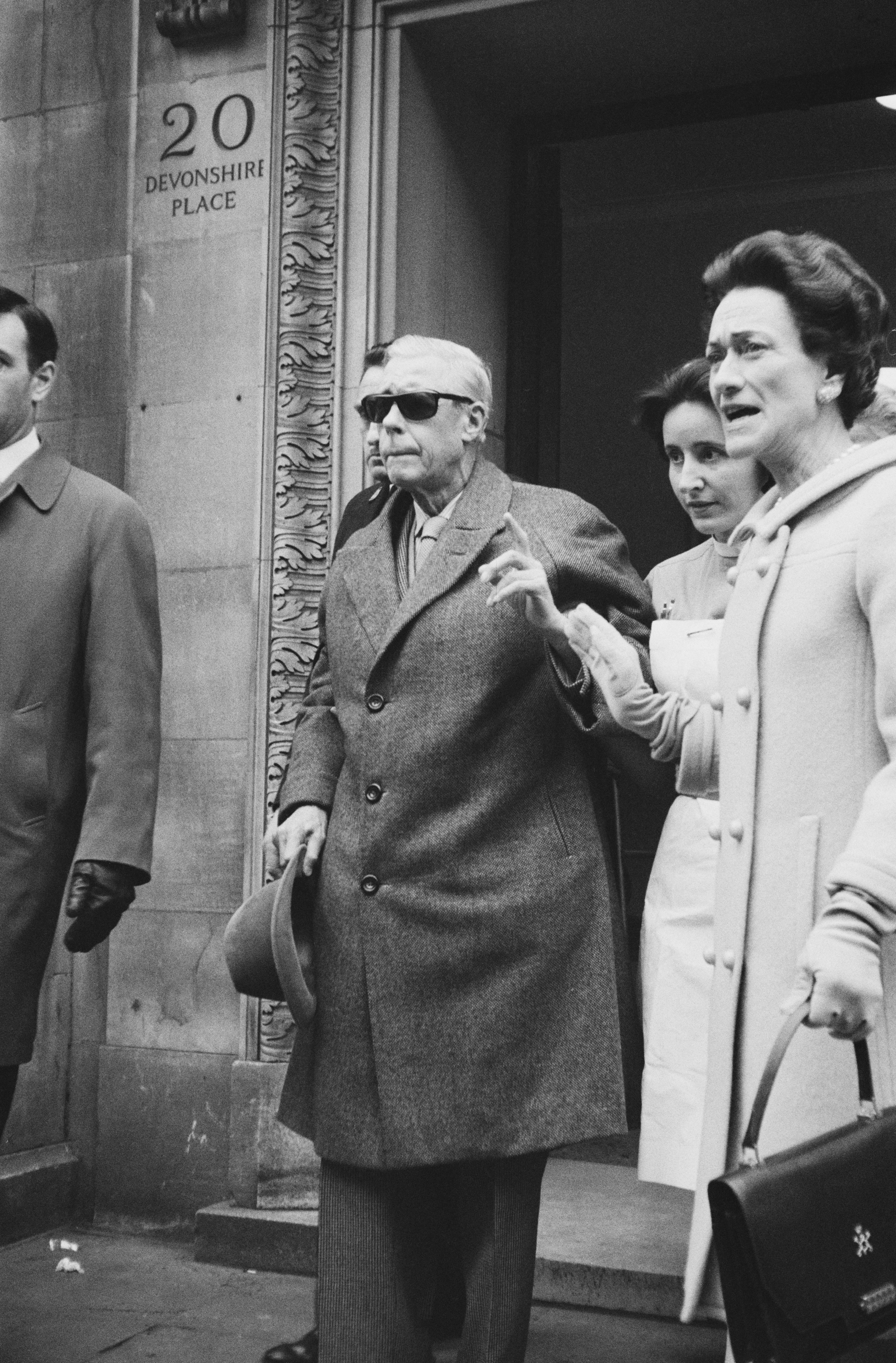 Правителството възприема Уолис, която все още няма втори развод,като жена, която е морално и социално неподходяща да бъде кралица на Великобритания.<br /> Кралят съобщава на правителството, че смята да се омъжи за Уолис и да не се оттегли от престола.Едуард предлага да сключи морганатичен брак, според който Уолис няма да бъде наричана кралица, а децата им нямат право да наследяват трона. Възможността е отхвърлена.