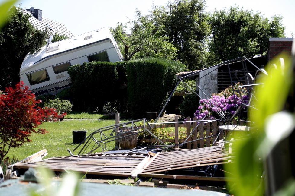 - Двама души са ранени, единият от които тежко, а къщите на близо 50 семейства пострадаха, след като торнадо удари Германия. Вятърът беше толкова силен...