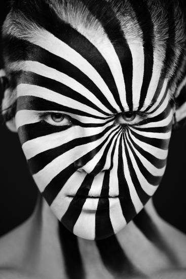 Александър Коклов и Вероника Ершова са фотографи и артисти от Москва, които имат афинитет към... черно-бялата фотография. Нещо повече, артистичното дуо не просто прави портретни снимки, а превръща моделите си в предмети на изкуството, за да създадат поразителни оптични илюзии.