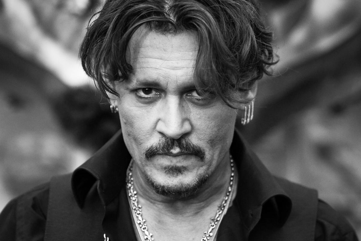 Любимият карибски пират. Каквото и да се случва в живота му, той ис остава един страхотен актьор. Със запазена марка: кичури коса, които небрежно падат по челото.