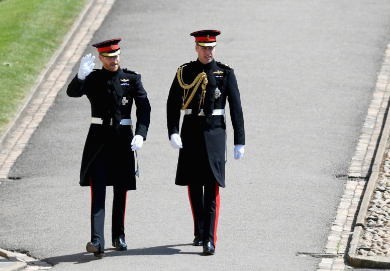 """<p>Принц Хари, младоженецът, и брат му - херцогът на Кембридж, Уилям, който му е кум вече са в параклиса """"Сейнт Джордж""""</p>"""