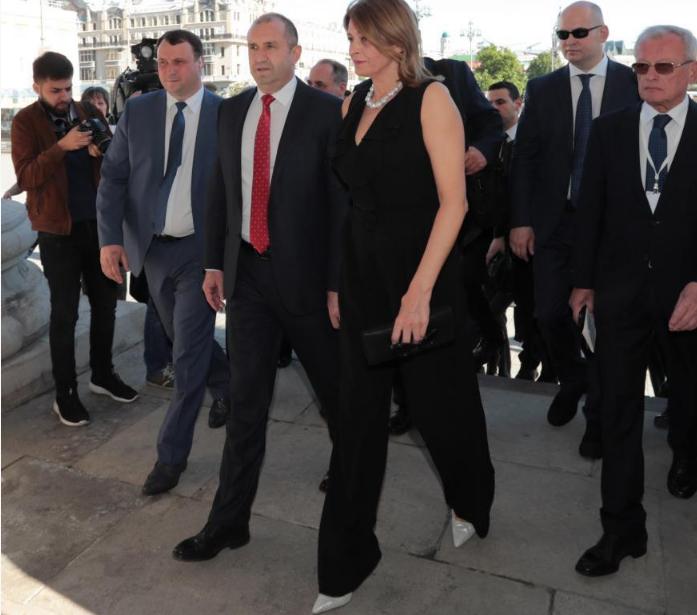 Държавният глава Румен Радев е на официално посещение в Москва.Президентът на България е придруженот неговата съпруга Десислава Радева, която привлече погледите с елегантен и стилен тоалет.