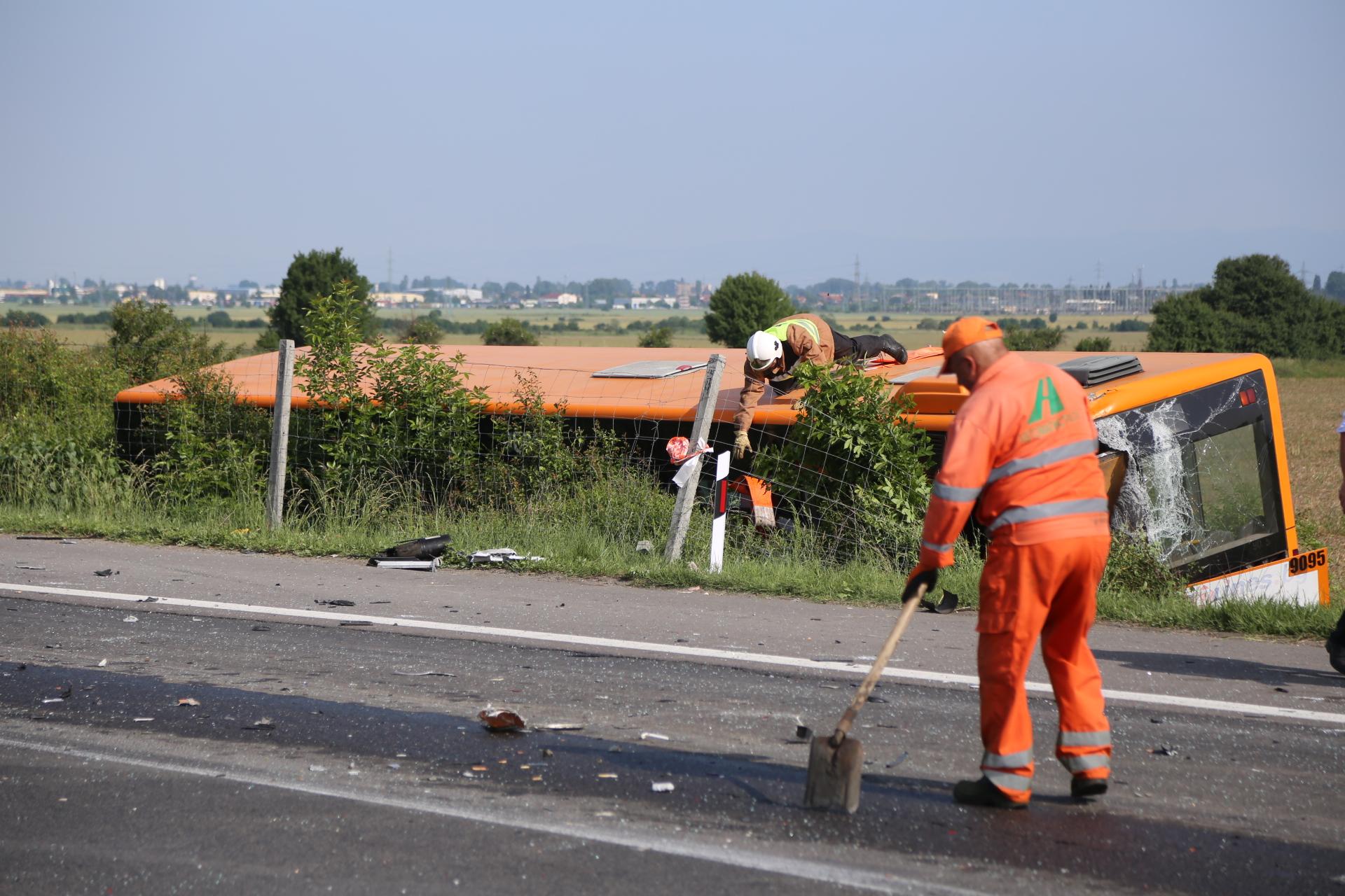 """ТИР блъсна автобус, движещ се по линията Лозен-София на автомагистрала """"Тракия"""", 7 души са настанени в болница, от които двама са с по-тежки наранявания."""