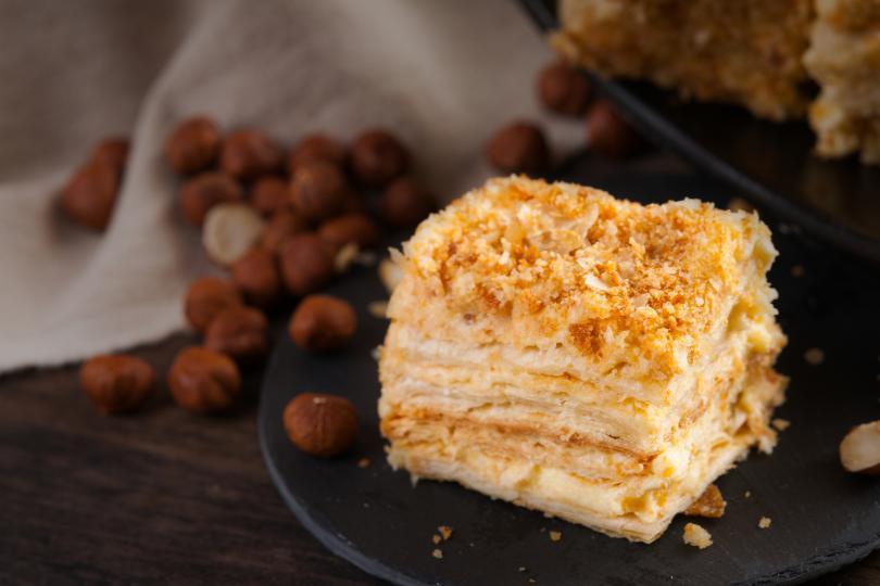 <h3>Наполеон</h3>  <p>Съществуват две версии за произхода на тортата. Първата гласи, че Жозефина спипала Наполеон да шепне в ухото на придворна дама. Императорът не се смутил и заявил, че се интересувал от тайна рецепта за нов десерт. Жозефина, естествено, не му повярвала, но поръчала на придворния сладкар да направи тортата по съставките, които споделил съпругът й. Новата торта се оказала изумителна. Така получила названието си &ldquo;Наполеон&rdquo; в чест на императора. Историческата версия е по-прозаична. През 1912 г. Русия празнувала сто години от края на Отечествената война. Сладкарите в Москва направили многопластова торта с обилен крем и във формата на триъгълна шапка. &ldquo;Наполеон&rdquo; бързо се превърнал в хит сред сладкарите.</p>