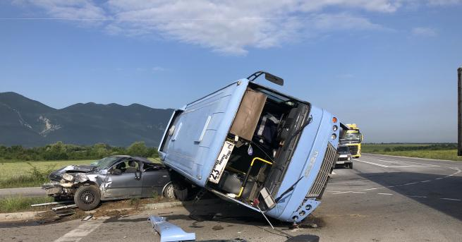 Автобус, пътуващ от село Лиляче към Враца, катастрофира на обходния