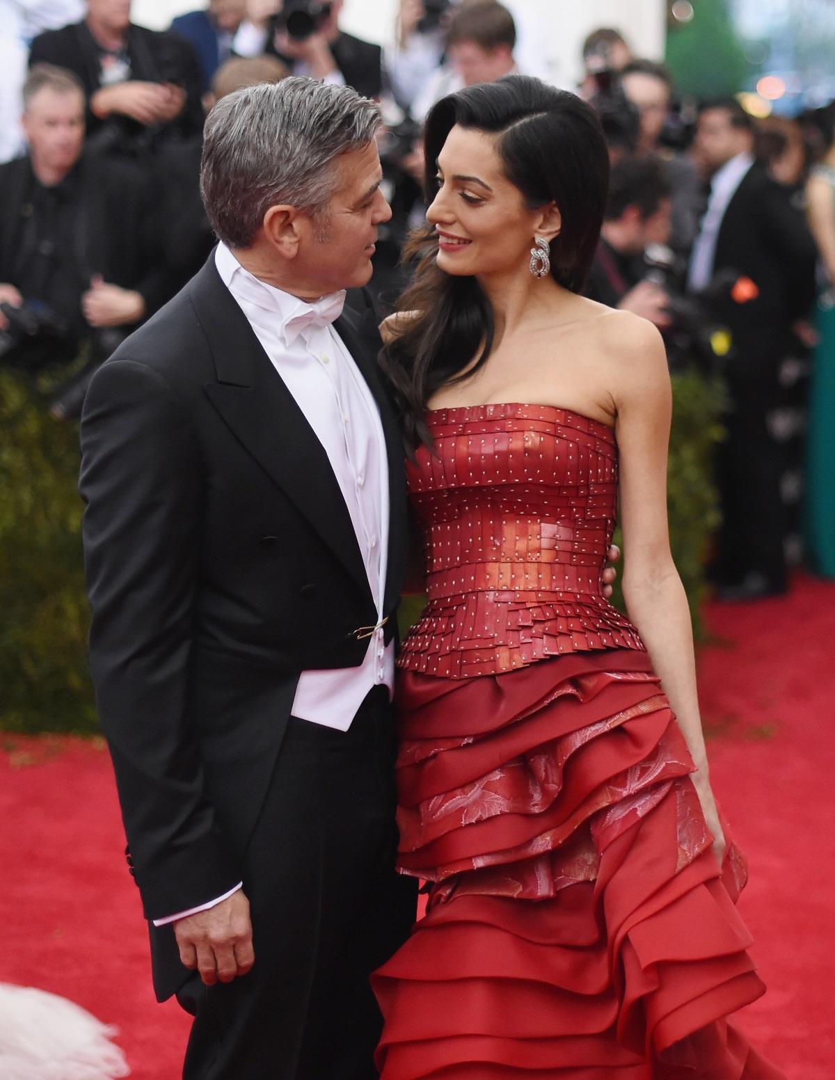 Джордж Клуни се жени за първи път, когато е на 28 г. Бракът му продължава само 3 години и след това актьорът заявяваше, че няма да се ожени отново. Никога не казвай никога, са казали хората и са прави. Години по-късно Джордж Клуни срещна любовта на живота си - Амал, и актьорът мина под венчилото за втори път на 53 г.