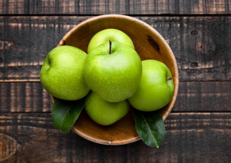 <p><strong>1. Ще подобрите състоянието на стомаха си.&nbsp;</strong>Ябълките съдържат фибри, които балансират работата на червата и намаляват риска от заболявания като хемороиди, дивертикулит и някои видове рак.</p>