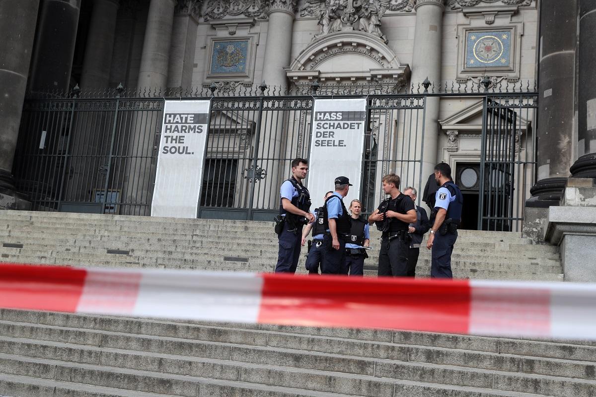 Полицай простреля мъж в района на Берлинската катедрала, който се готвел да извърши нападение.
