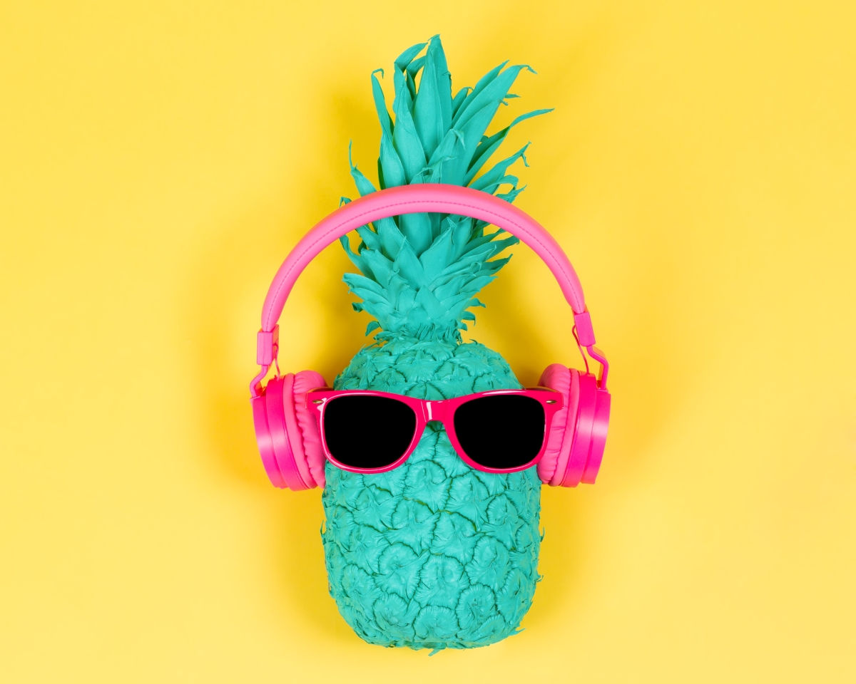 Ананас. Този чудесен плод съдържа беомеалин - ензимът, който помага на метаболизма и редуцира подуването на стомаха. Така че имате още един повод да се наградите с ананас.