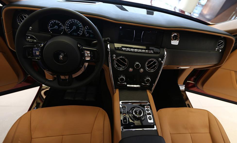 - Новият модел SUV на Rolls-Royce Cullinan в Абу Даби, Обединените арабски емирства.