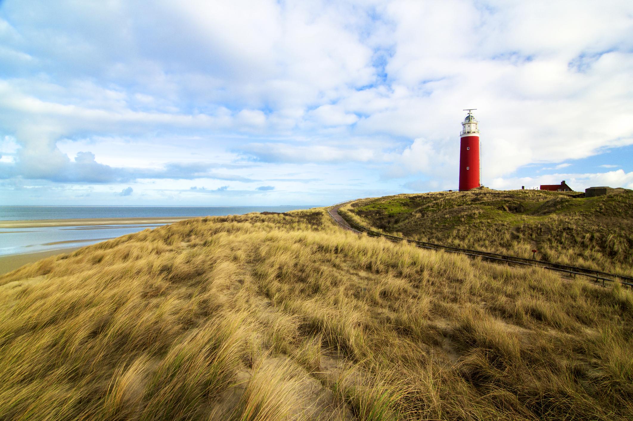 Тексел, Нидерландия - този северен остров може да се похвали с множество велосипедни маршрути, които ще ви отведат от старомодни села, пъстри лалета и емблематичния си фар