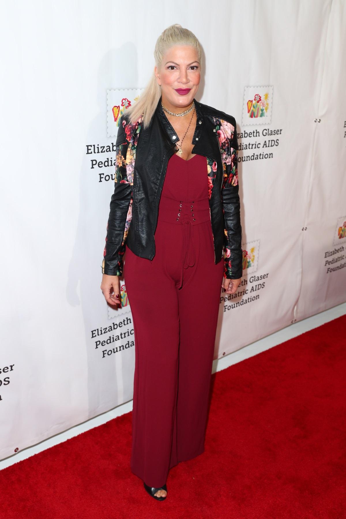 """Тори Спелинг - актрисата, която е майка на 5 деца, уголемява бюста си, когато е малко над 20 г. """"Ако знаех, че това ще попречи на кърменето ми след години, никога нямаше да го направя"""", коментира Спелинг. През 2014 г. тя отстранява имплантите си и споделя за това в телевизионното шоу """"Истинската Тори""""."""