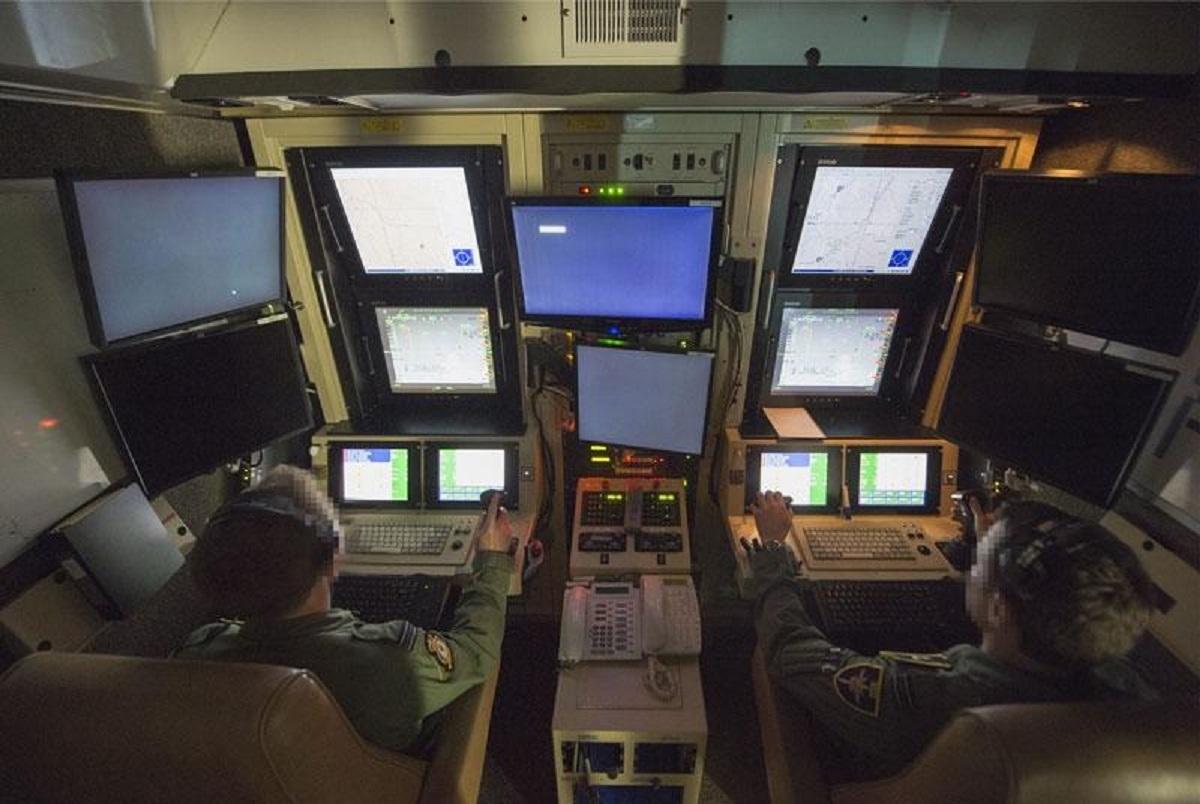 Мястото, откъдето се управлява летателния апаратMQ-9 Reaper. Пилотът (вляво) и операторът на датчиците (вдясно) контролират дрона по време на мисия. Самолетът се използва за разузнаване и наблюдение, но също така е подготвен и за въздушни удари.