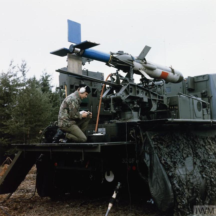 """Техник проверява локаторния механизъм на британскияCanadair RPVMidge Surveillance Drone. Ракетата, задвижвана от дрон """"Midge"""", е разработена за въздушно разузнаване чрез заснемане по предварително зададен маршрут. Дронът е оборудван с една камера, с или черно-бял фотографски филм, или с инфрачервен - за нощно наблюдение.<br /> Снимката е заснета през периода 1976-2000 г. в Германия."""