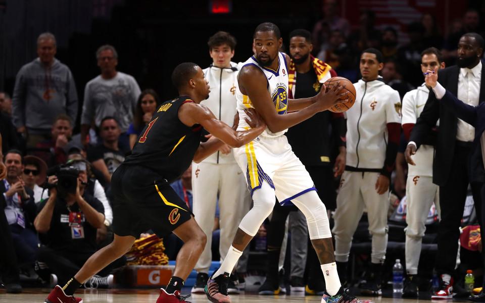 Голдън Стейт пак надви Кливланд и е на крачка от титлата в НБА