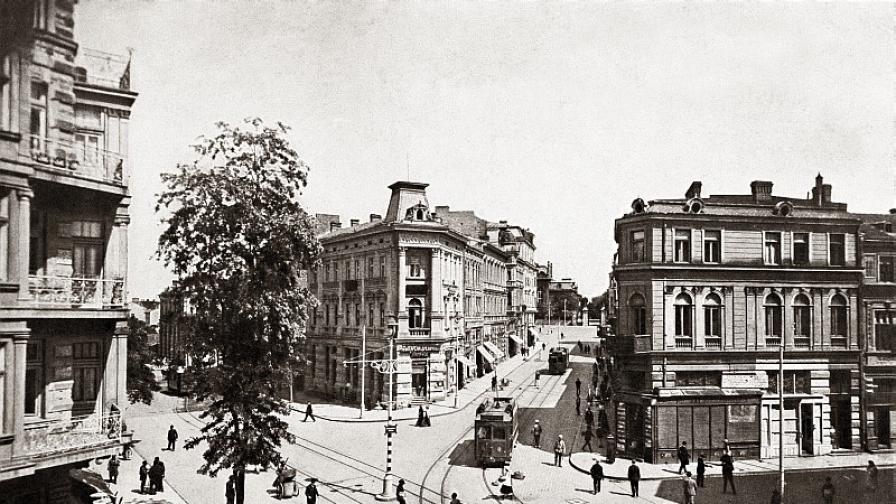 """Улица """"Търговска"""" около 1912 г. На това място днес се намират сградите на Министерски съвет, Бившият партиен дом и Президентството."""