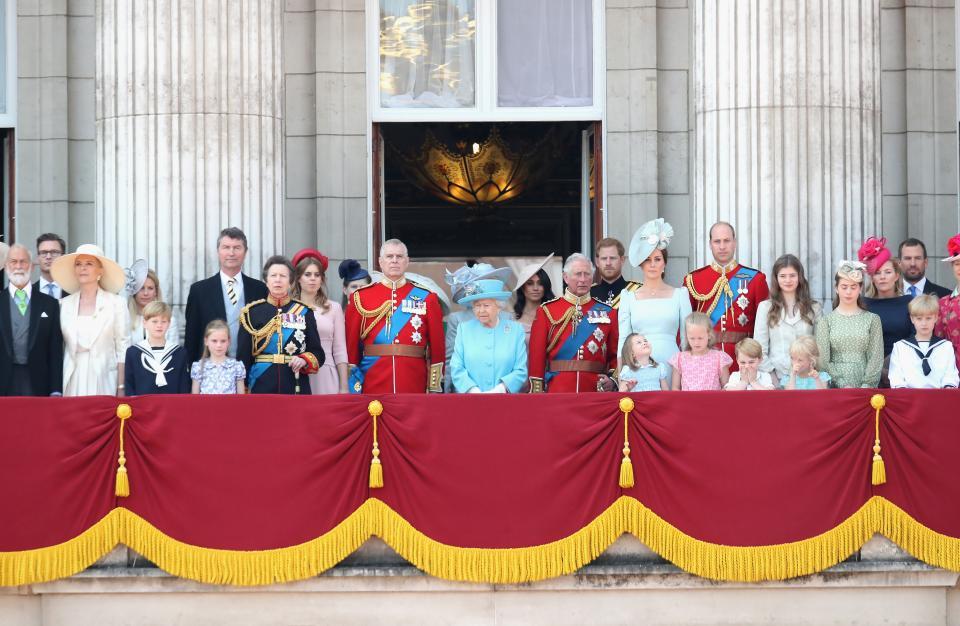 Кралица Елизабет II празнува рождения си ден с парад и авиошоу в компанията на семейството си и цялата нация.