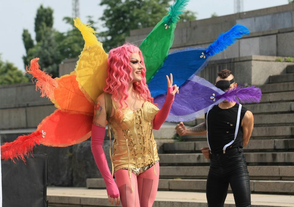 - Гей парад и две контрадемонстрации блокираха центъра на София в съботния ден. Десетки полицаи бяха вдигнати на крак заради събитията.
