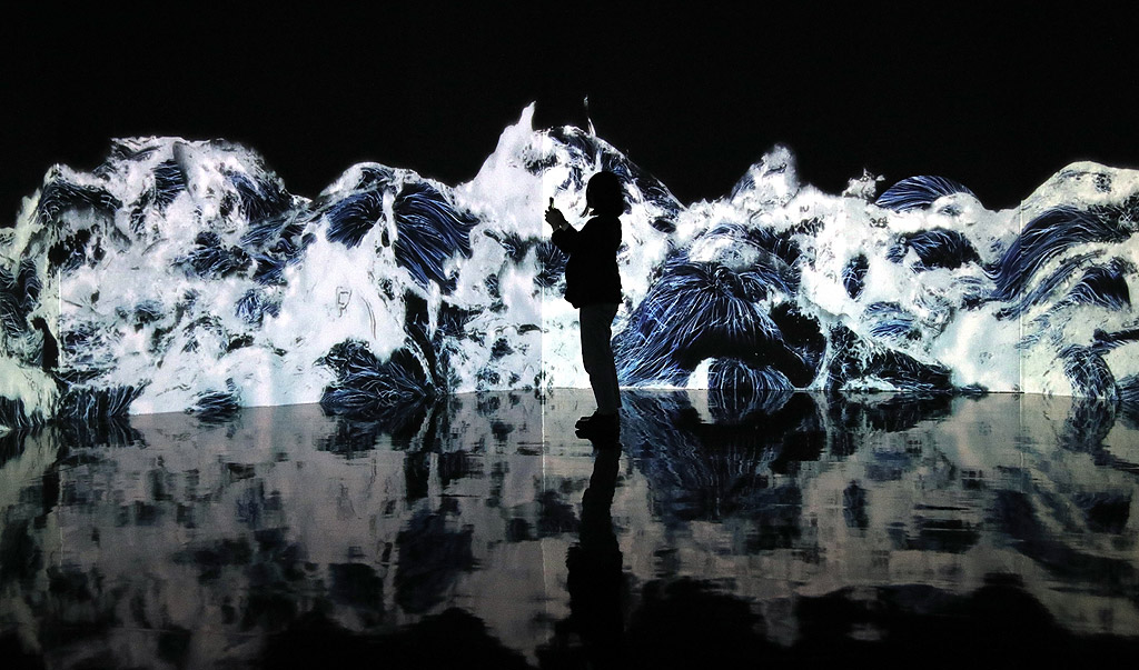"""Посетители се разхождат през цифровите произведения на изкуството, в музея за дигитално изкуство """"teamLab Borderless"""" от японската творческа група teamLab в Токио. Музеят за цифрово изкуство с площ от 10 000 квадратни метра с приблизително 50 интерактивни произведения на изкуството ще бъде отворен за обществеността на 21 юни"""