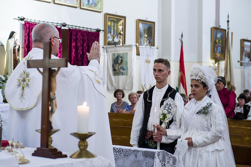 Булка, облечена в народна носия, се подготвя за 10-ото годишно традиционно селско сватбено събитие в Сзихалом, на 125 км североизточно от Будапеща, Унгария. Културният и гастрономически фолклорен фестивал в етно - селото се провежда в продължение на три дни.