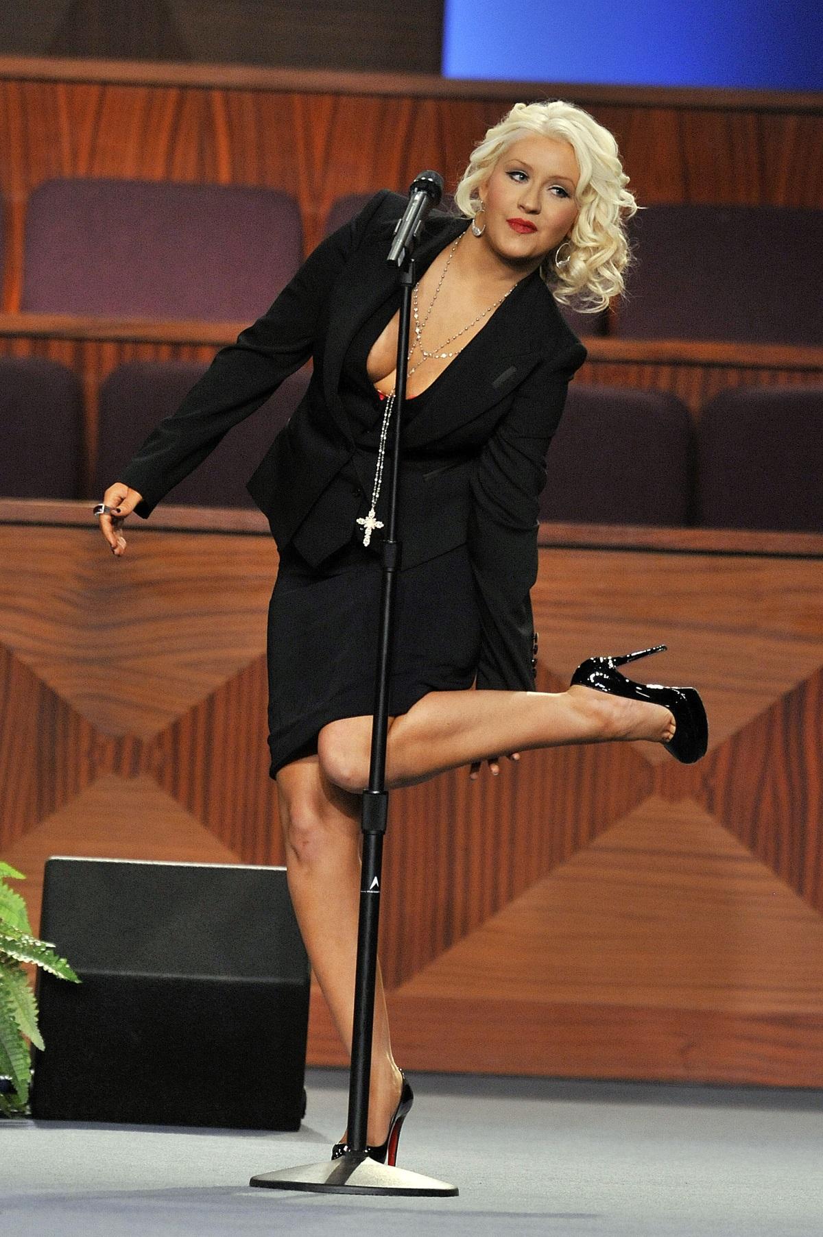 Изкуственият тен на Кристина Агилера се разтече по време на нейно изпълнение през 2012 г. на погребението на певицатаЕта Джеймс.