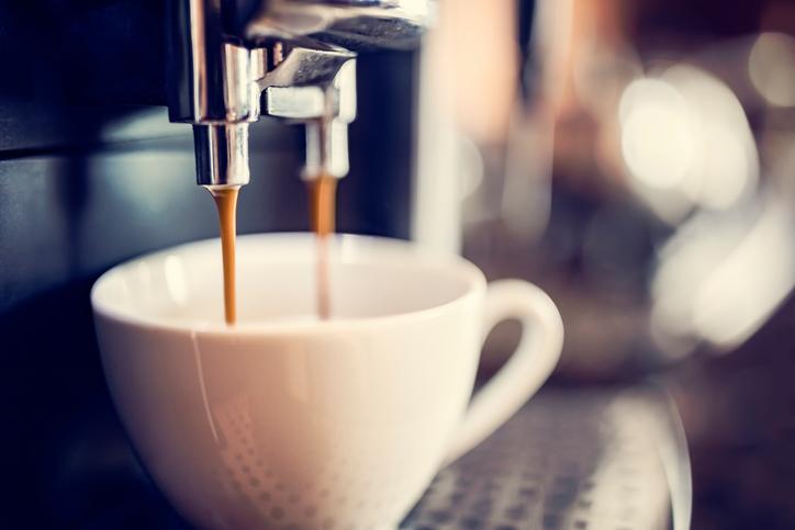 """Нашите кафеварки често са забравени, когато става дума за чистене кухнята, но тази любима малка машина е друг """"терен"""" за микроби, особено във вътрешността на резервоара за вода. Ето защо не трябва да забравяме машината за кафе."""