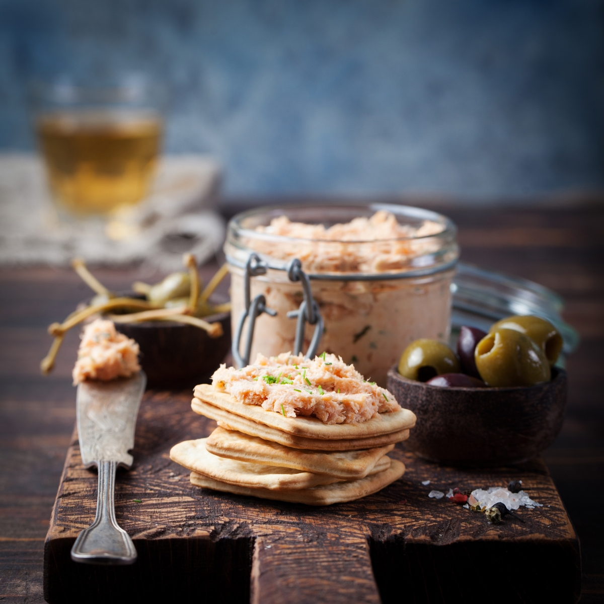 """Готвачи от салатените барове в магазини за сандвичи признават, че често рибата тон не е била приготвяба правилно. За да """"заглушат"""" недобрия вкус, добавяли много майонза."""