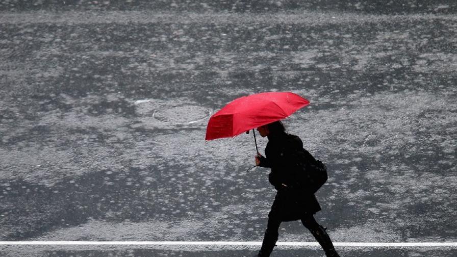 Интензивни валежи и гръмотевици днес, вижте къде