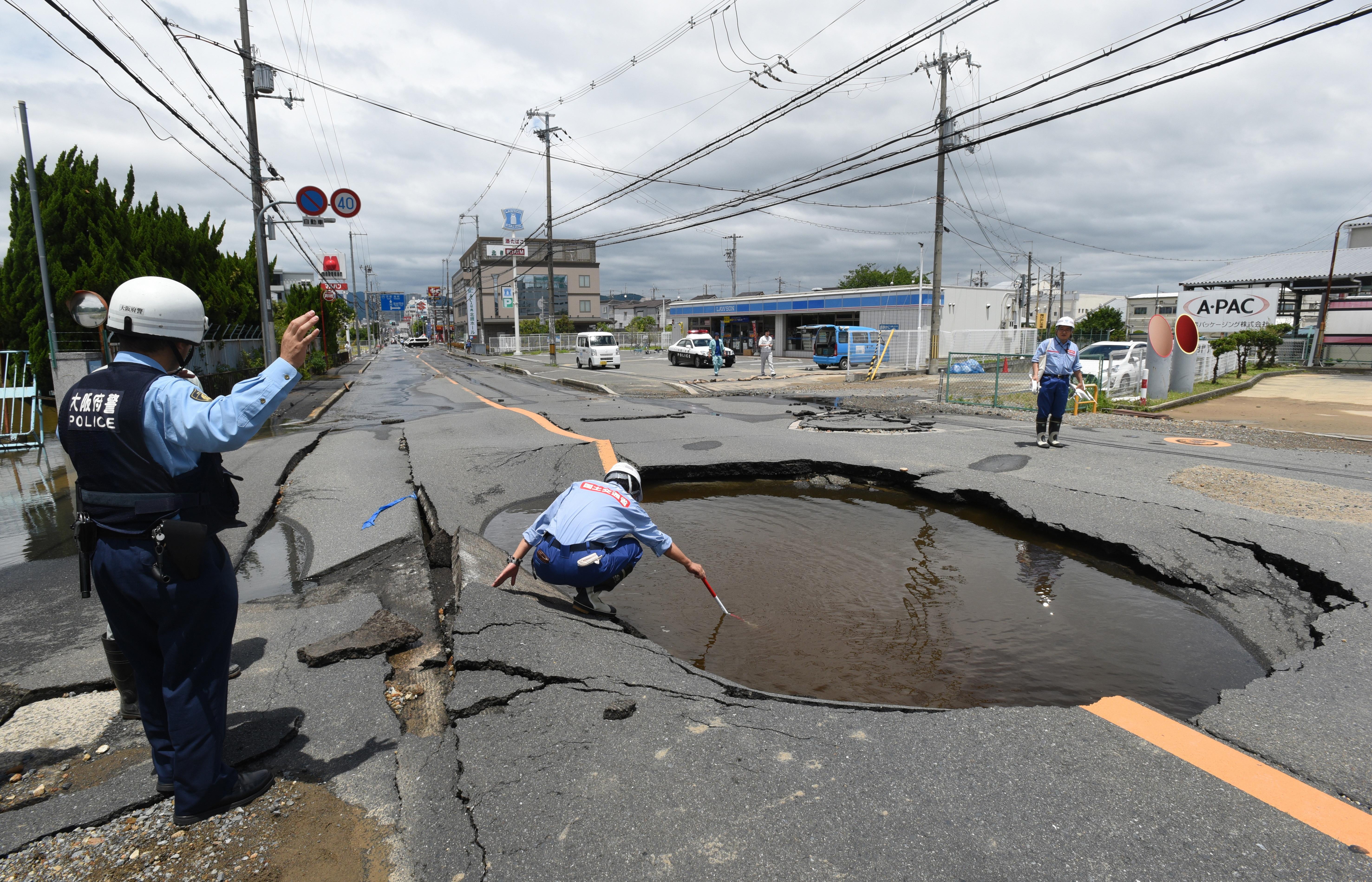 Поне трима са загиналите и около 100 ранените след земетресението, което тази сутрин разтърси Осака.