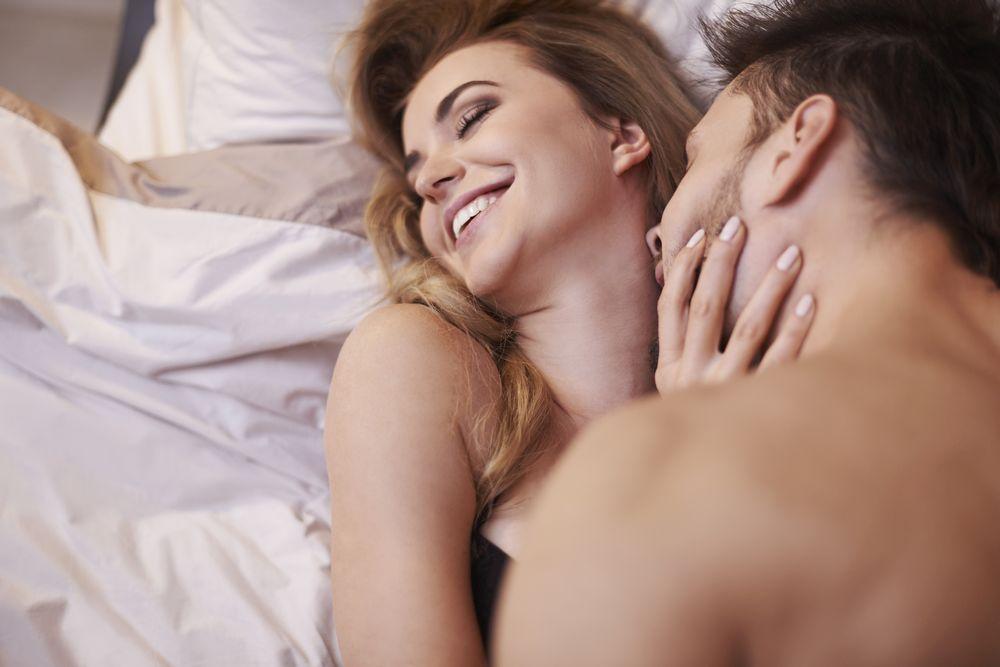 Подберете времето: Двойките често се оплакват от несъвпадение на фазите, в които се намират. При жените вероятността за бърз оргазъм се засилва в периода на овулацията, около 14 дни след началото на менструацията. Именно това е времето за бързо приключение. Мъжът пък е готов за бърз секс още от сутринта заради високото съдържание на тестостерон в кръвта си.