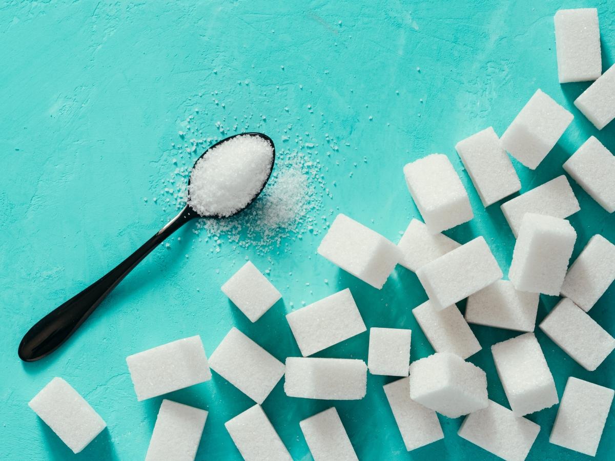 Бяла захар: тя вдига рязко нивото ни на енергия, но също така, ефектът й е толкова краткотраен и новото спада толкова рязко, че когато това се случи, чувстваме раздразнение.