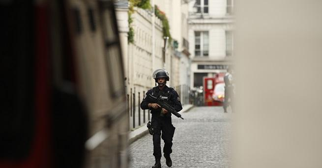 Полицията на френския град Тур задържа човек, въоръжен с нож,