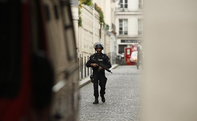 Въоръжен с нож нападна минувачи във Франция