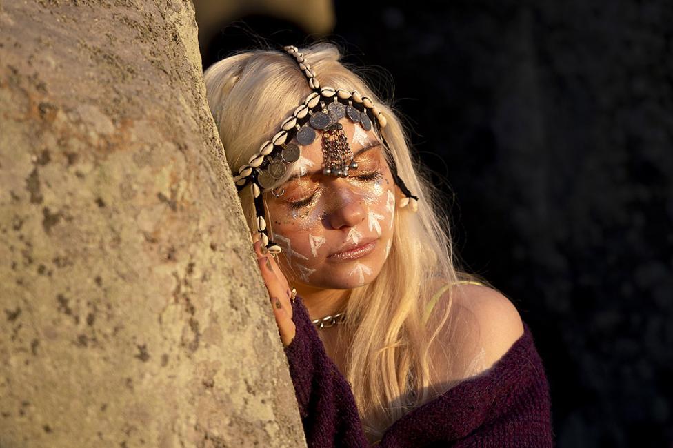 - Всяка година по време на лятното слънцестоене хиляди хора се стичат да наблюдават как лъчите на изгряващото слънце пронизват входа на Стоунхендж...