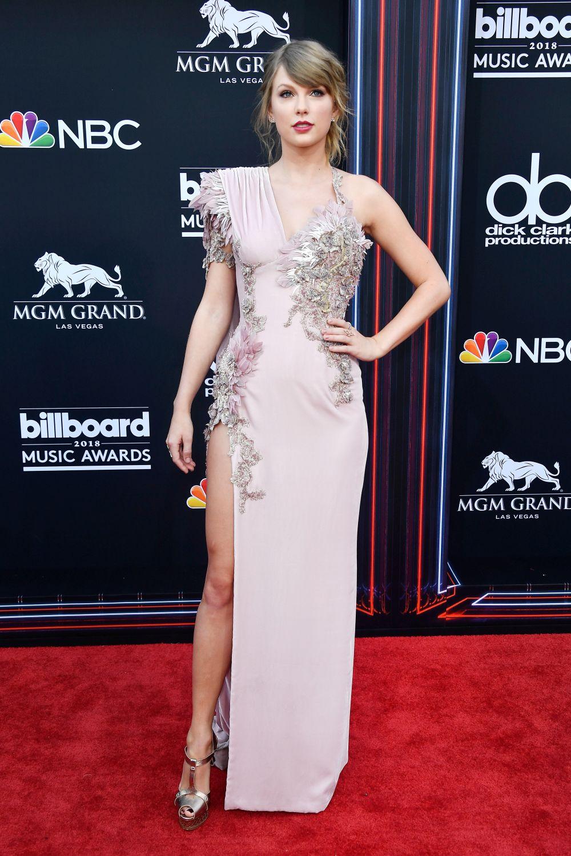 """За Тейлър Суифт числото 13 не е на нещастие, а точно обратното. Певицата споделя, че е родена на 13-то число, навършила е 13 години в петък 13-ти. На 13-та седмица от издаването на първия й албум, той е сертифициран на """"Златен албум"""". Също така всеки път, когато сяда на 13-то място или 13-ти ред, тя печели награда."""