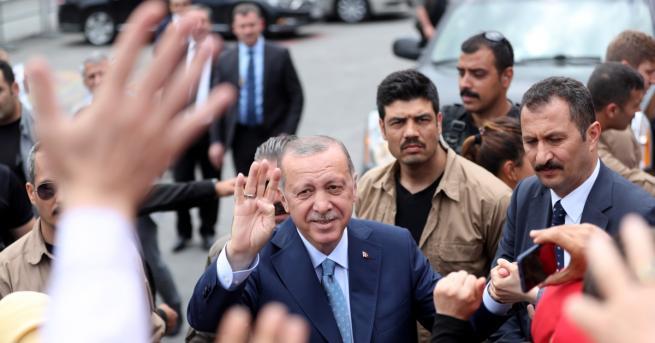 Според официалните данни настоящият президент Реджеп Тайип Ердоган води убедително