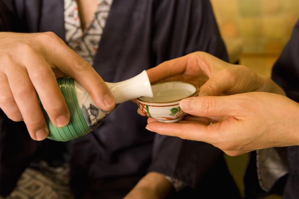 - В Япония не е прието да си наливате алкохола сами, след като изпиете чашата си. Оставете това на домакина.