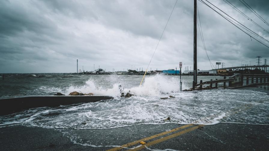Халкидики е потопен във вода, улиците са реки
