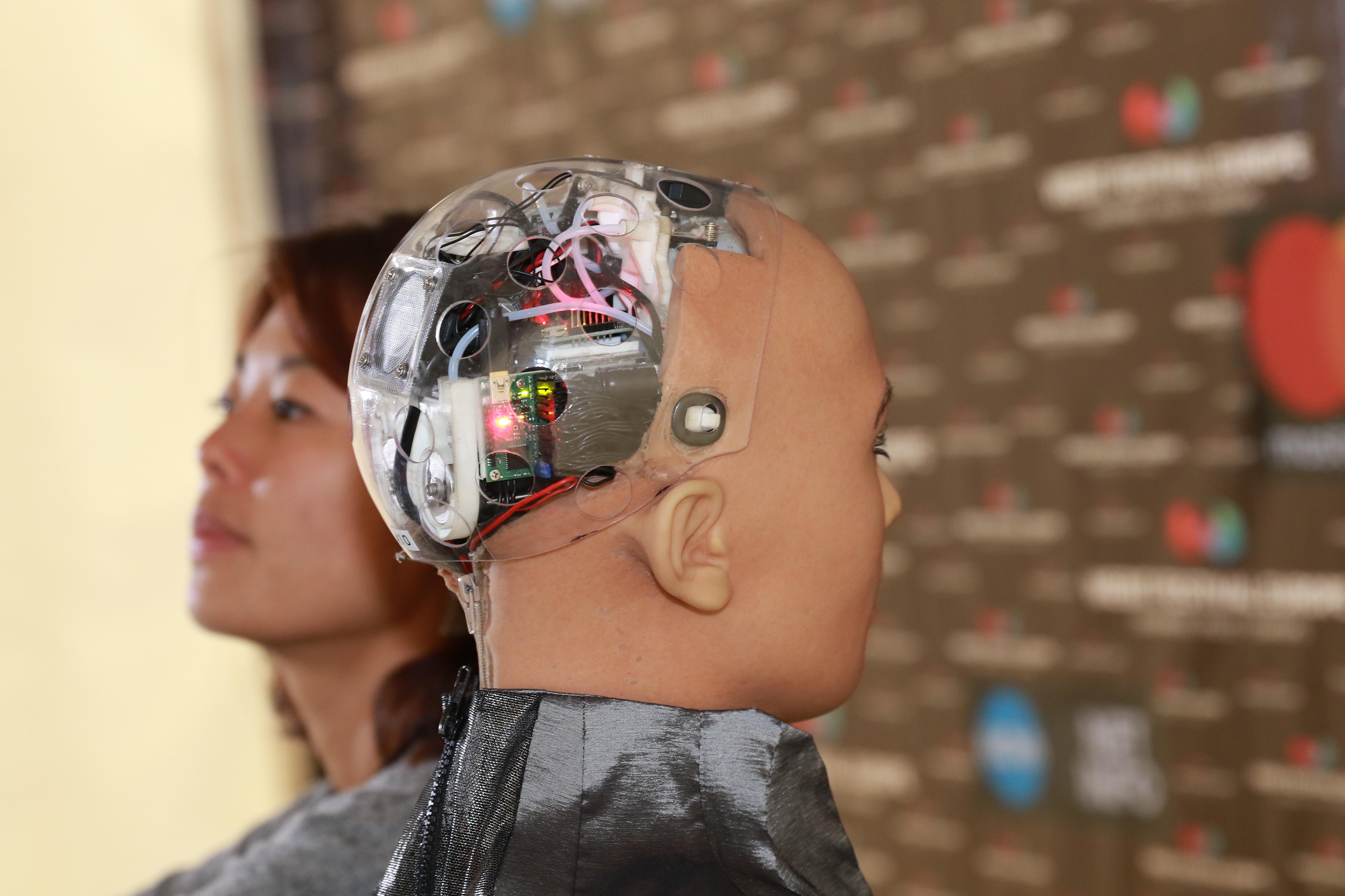 Роботът София е гражданин на Саудитска Арабия. Тя може да имитира и разпознава човешки жестове и изражения на лицето.