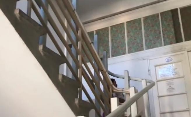Майки носят децата си три етажа за рехабилитация