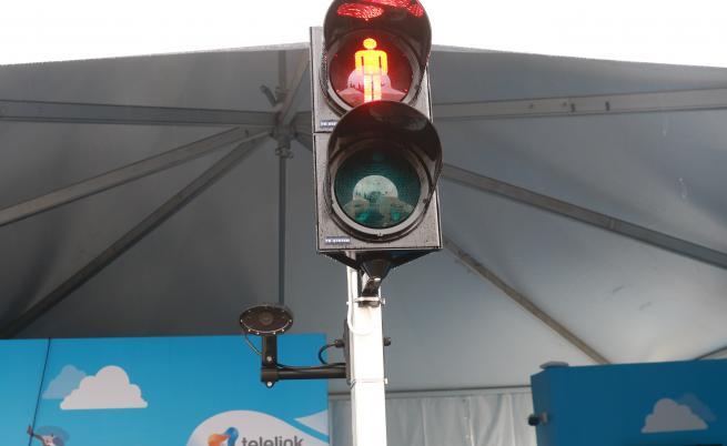Умен светофар, който разпознава пешеходци и автоматично превключва на зелена светлина за тях.
